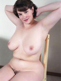 Молоденькая блондинка по очереди заглатывает два больших пениса