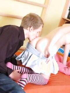 Веселая брюнеточка позирует обнаженной раздвигая ноги на унитазе