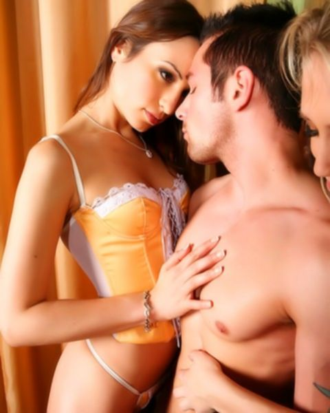 Две мужика жестко трахают потрясных брюнеток большими членами