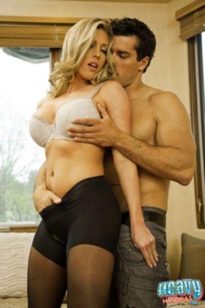 Сексуальная зрелая милфа раздевается до гола на кухне