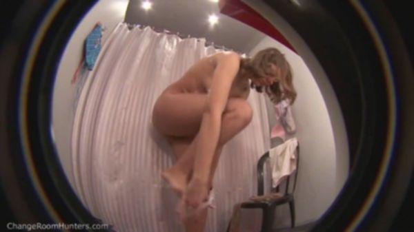 Скромная домохозяйка мастурбирует всей рукой мокрую пизду