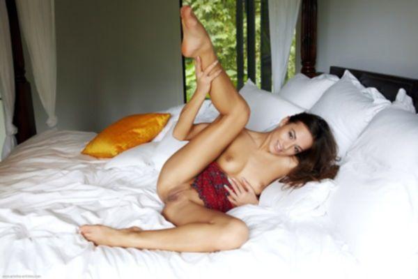 Сиськатая шатенка согласилась на секс на улице