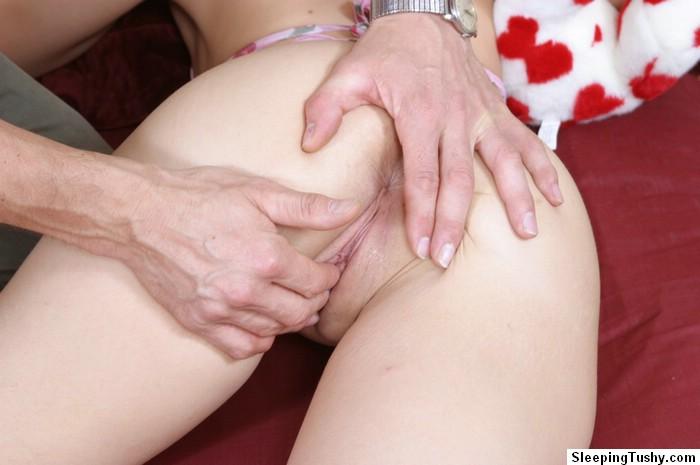 Похотливый мужик вылизал нежный анал крепко спящей блондиночки ||  Порно фото секс со спящими бесплатно