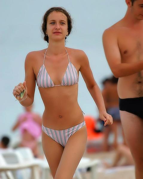 Девушки в бикини шалят на пляже ||  Порно фото девушек в бикини
