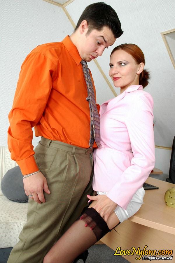 Шеф в офисе трахнул секретаршу в чулочках ||  Фото секс в офисе бесплатно