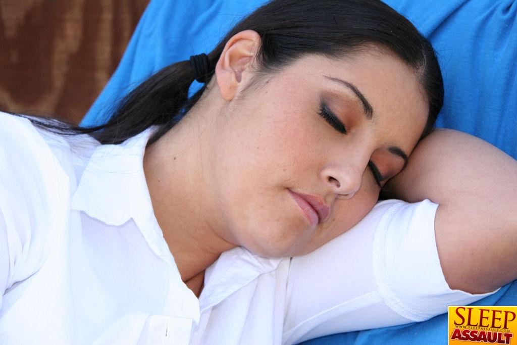 Спящая студентка получила член негра во сне ||  Порно фото секс со спящими бесплатно
